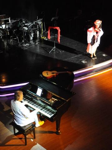 Wolfgang Gerhard am Klavier. Konzert mit Sängerin Valdeci Oliveira.
