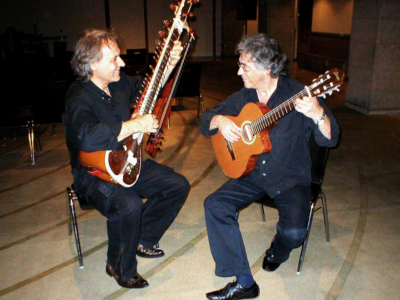 Wolfgang Gerhard und Udo Kamjunke haben zusammen das Projekt 'Sithar meets Flamenco' umgesetzt.