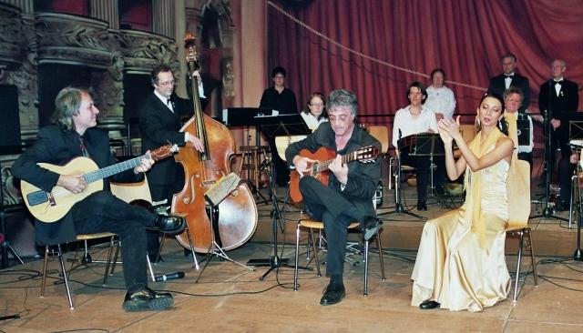 Udo Kamjunke und Wolfgang Gerhard mit Orchester und Tänzerin.