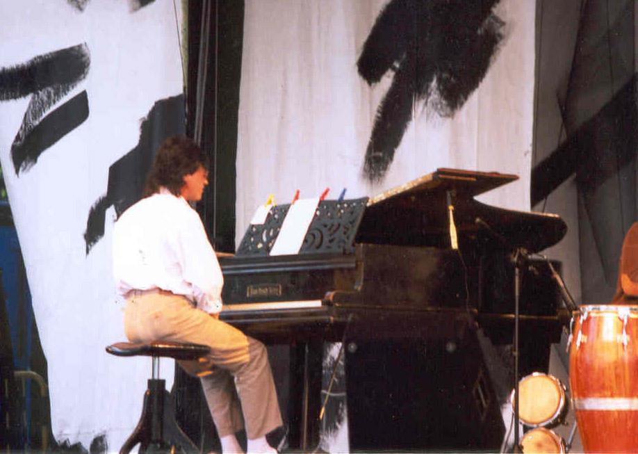 Musiker Wolfgang Gerhard am Klavier