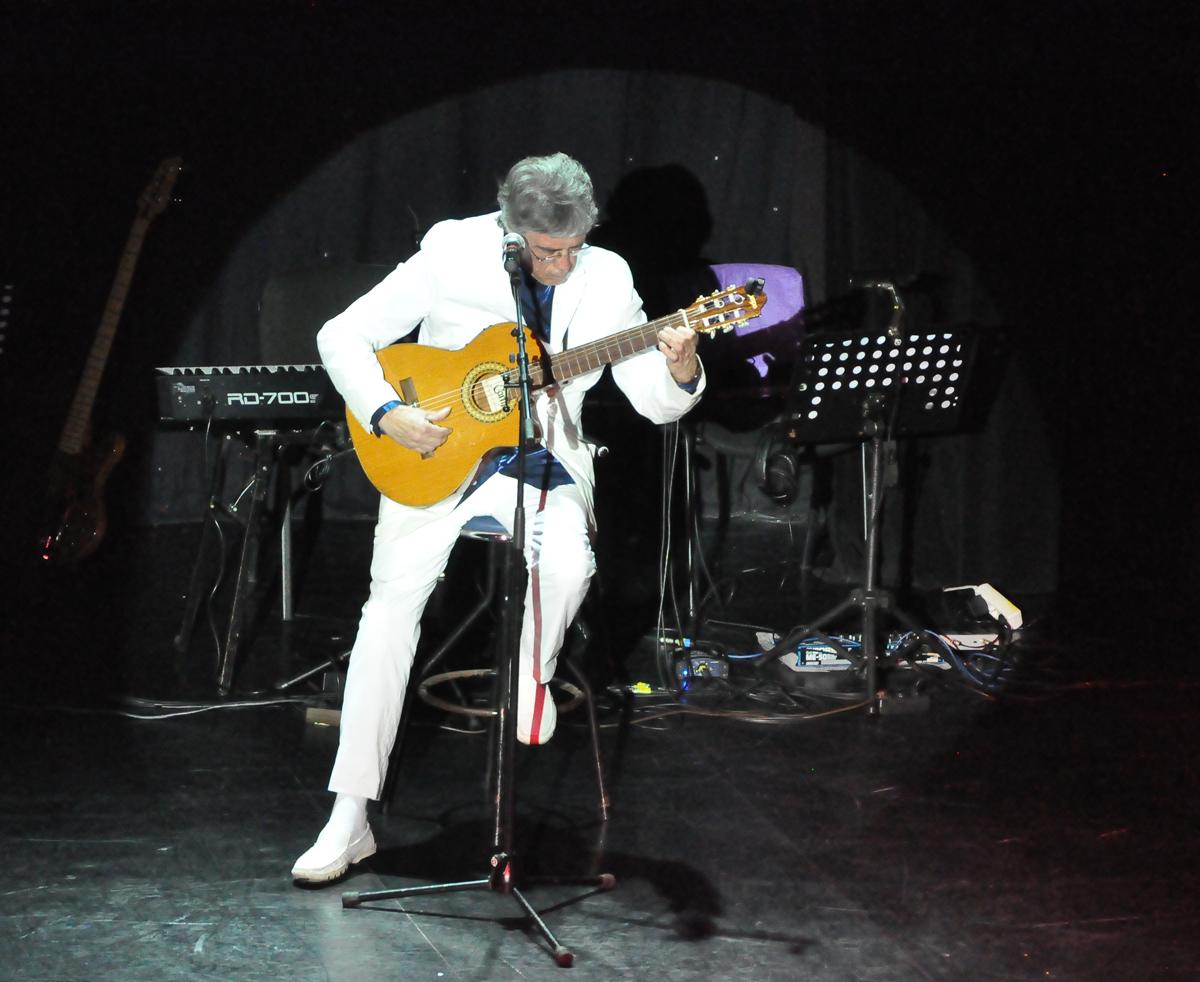 Der klassische Gitarrist - und mehr. Neben seinem Hauptinstrument spielt Gerhard von Kind an Klavier und arbeitet für seine Musikproduktionen auch mit Keyboard oder E-Bass.