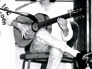 Gitarrist Wolfgang Gerhard, alte Aufnahme in schwarz-weiß.