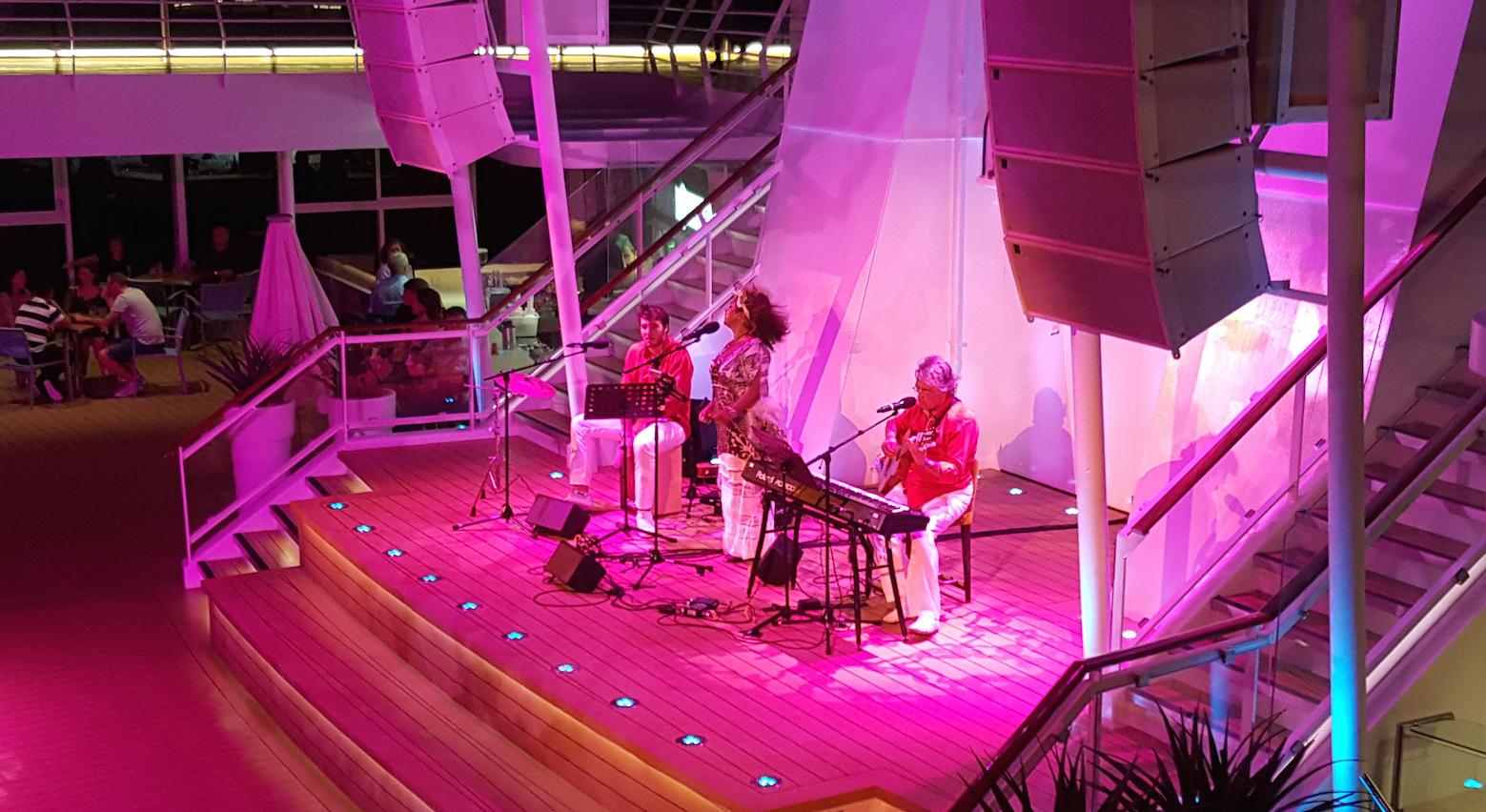 Wolfgang Gerhard im Trio auf dem Pooldeck mit Valdeci Oliveira und Kai Mathias.